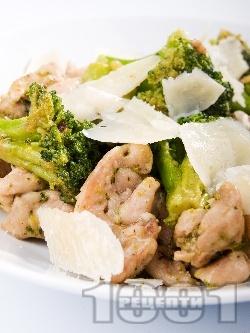 Запържени пилешки филенца с броколи и сирене пармезан - снимка на рецептата